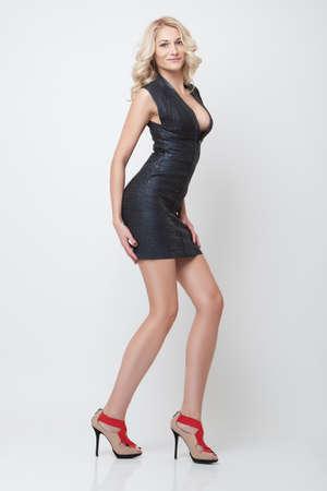 tacones negros: atractiva chica delgada rubia posar en ropa negra