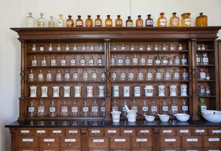 chimica bottiglie vuote in antica farmacia d'epoca Archivio Fotografico