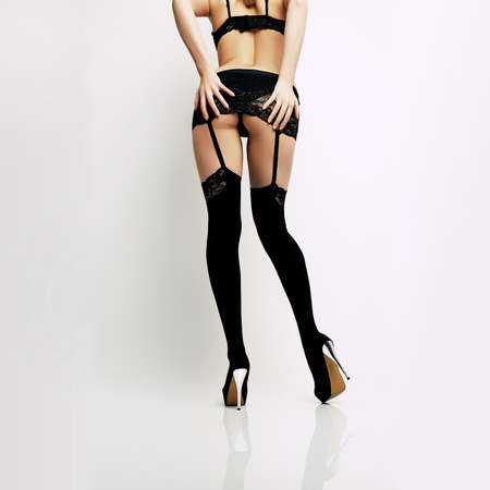 chica sexy: chica con las piernas largas atractivas en ropa interior de encaje negro