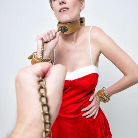 slavernij meisje in rood kostuum nad cap santa claus