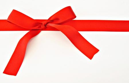 lazo regalo: Lazo rojo aislada sobre fondo blanco Foto de archivo