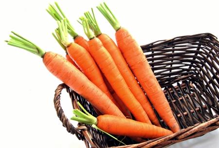 introduced: Varias zanahorias al lado del otro, introducido en una cesta rodeada de blanco
