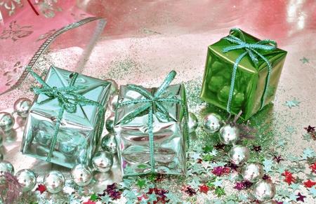 three gift boxes: Tres cajas de regalo sobre fondo de color rosa, con confeti y los granos Foto de archivo