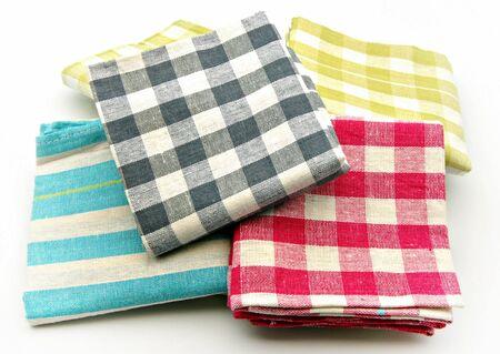 toallas: Paños de cocina encima de la otra rodeada de fondo blanco Foto de archivo