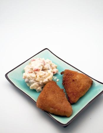 ensalada rusa: Dos filetes de pollo con ensalada rusa