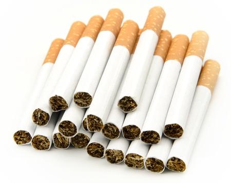 tabaco: Los cigarrillos apilados uno junto al otro, rodeado por el fondo blanco
