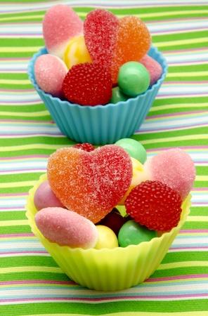 El azúcar de caramelo en los moldes de muffins, rodeado de colores de fondo Foto de archivo - 14036481
