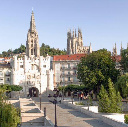 lampposts: Puente con postes de luz rodeada de �rboles que llegan a la catedral g�tica de la ciudad espa�ola de Burgos