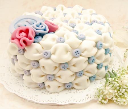 Кнопки: Белый свадебный торт с синими цветами на белом фоне