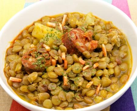 렌즈 콩: 야채, 감자 및 관리에 렌즈 콩 스튜 스톡 사진