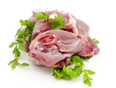 cruda: Chuletas de carne cruda de cabra con perejil