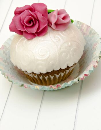 Cupcakes decorados con flores de pasta de az�car y az�car photo