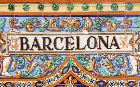 barcelone: Pose de lettres en c�ramique le nom de la ville espagnole de Barcelone