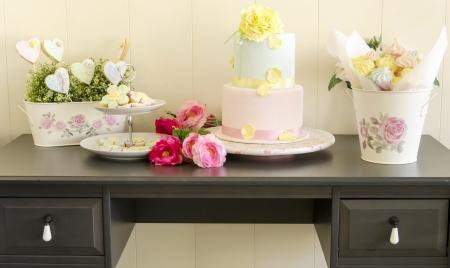 expositor: Mesa expositor con galletas, pastel de bodas y merengues