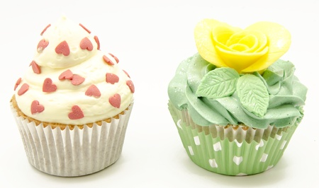 Cupcakes decorado con crema de mantequilla y flores photo