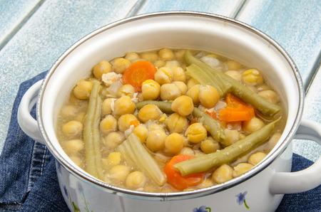 garbanzos: Garbanzos cocidos con caldo y verduras