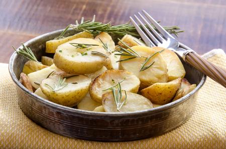 patatas: Aromáticas hierbas patatas asadas con romero Foto de archivo
