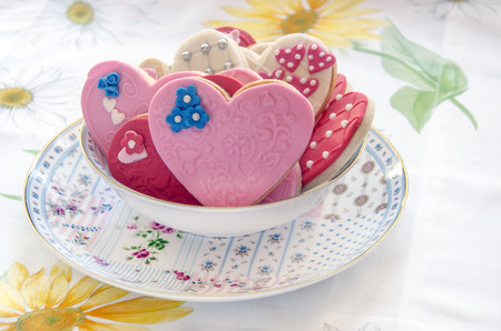 tortas de cumpleaños: Butter cookies decorated with heart-shaped with fondat