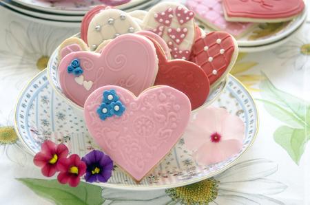 pastel de bodas: Galletas de mantequilla decoradas con forma de coraz�n con Fondat Foto de archivo