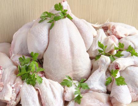 carne cruda: Trozos de carne de pollo cruda