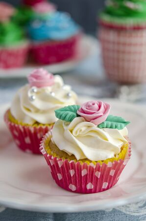 weihnachtskuchen: Cupcakes decorated with butter cream in various colors