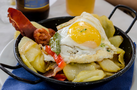 fried potatoes: Pan with fried potatoes, fried egg, roasted peppers and sausage