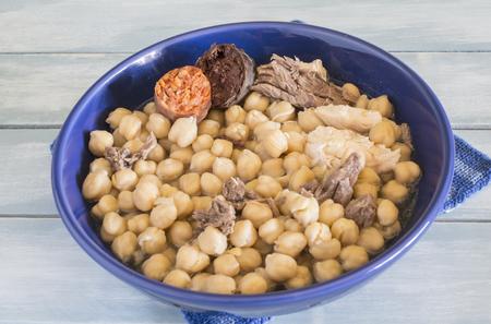 Madrid Eintopf, typisch spanisches Gericht mit Kichererbsen, Gemüse und Fleisch Standard-Bild - 87799897