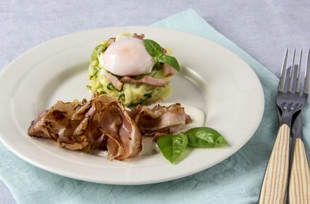 Scrambled eggs with zucchini, carbonara sauce and bacon