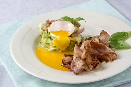 Œufs brouillés aux courgettes, sauce carbonara et bacon