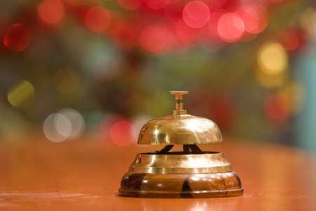 bell bronze bell: antiguo hotel bell en un stand de madera en Navidad