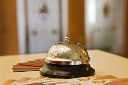 gastfreundschaft: Hotel Bell auf einem Holz Lizenzfreie Bilder