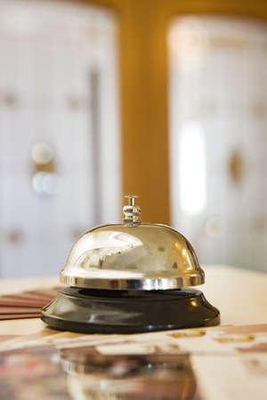 campanillas: campana de hotel en un soporte de madera
