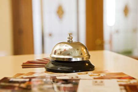 hospedaje: campana de hotel en un soporte de madera