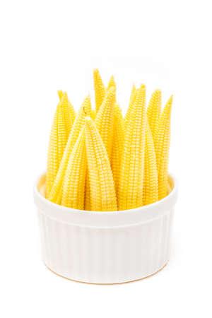 Baby maïs in een kopje geïsoleerd op een witte achtergrond