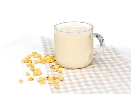 Sojamelk met sojaboon op witte achtergrond wordt geïsoleerd die Stockfoto