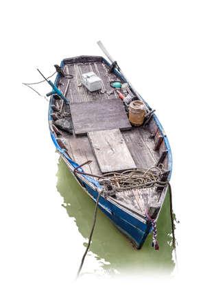 caravelle: vieux bateau de pêche en bois isolé sur fond blanc