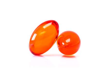 Rood supplement capsules geïsoleerd op witte achtergrond