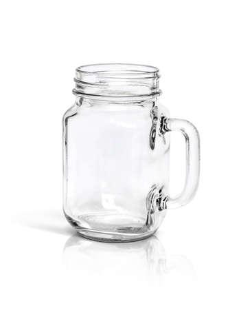bouteille en verre clair isolé sur fond blanc