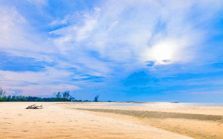 pattani thailand: La calma de playa hermosa con el cielo nublado azul, Playa de Pattani sur de Tailandia
