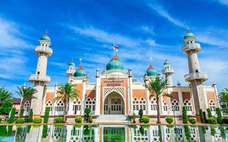 反射と明るい青空、タイ南部のパタニの中央モスク