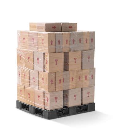 Scatole di cartone ondulato marrone che avvolgono e impilano su pallet in plastica nera isolato su sfondo bianco con tracciato di ritaglio Archivio Fotografico