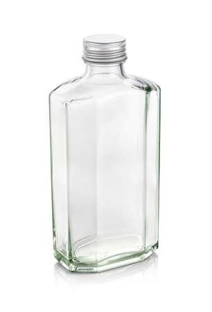 Klarglasflasche für Getränke- oder Whiskyprodukte mit silberner Kappe isoliert auf weißem Hintergrund Standard-Bild
