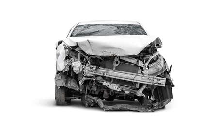 karkas van gecrashte auto aan de voorkant, autoverzekeringsconcept