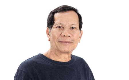 Altes, zerknittertes asiatisches Mannporträt mit guter Laune und marineblauem T-Shirt isoliert auf weißem Hintergrund