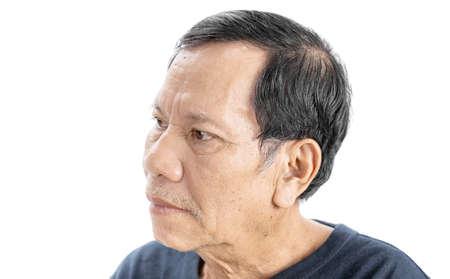 Altes, zerknittertes asiatisches Mannporträt mit ernster Stimmung und marineblauem T-Shirt isoliert auf weißem Hintergrund