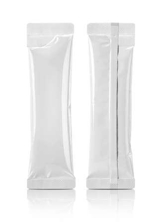 Confezione vuota bustina in foglio di alluminio bianco per il design del prodotto caffè istantaneo mock-up isolato su sfondo bianco con tracciato di ritaglio Archivio Fotografico