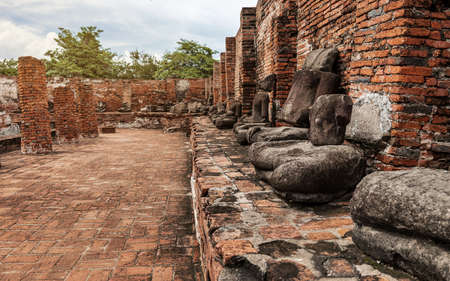 Ancient Statue of Buddha and Archaeological site at Ayutthaya Historical Park, Ayutthaya Province, Thailand. Imagens