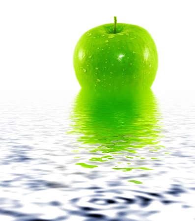 appel water: Groene en verse appel weerspiegelt in water