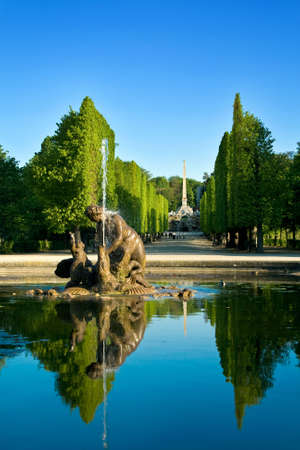 architectonic: Artesische put in tuinen van Schönbrunn, Wenen - Oostenrijkse hoofdstad