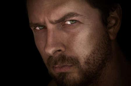 tough: Baja clave retrato del hombre misterioso con los ojos Foto de archivo